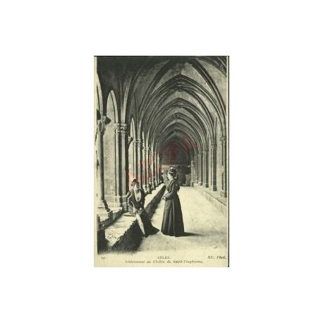 13 - ARLES - ARLESIENNES AU CLOITRE DE St-TROPHIME
