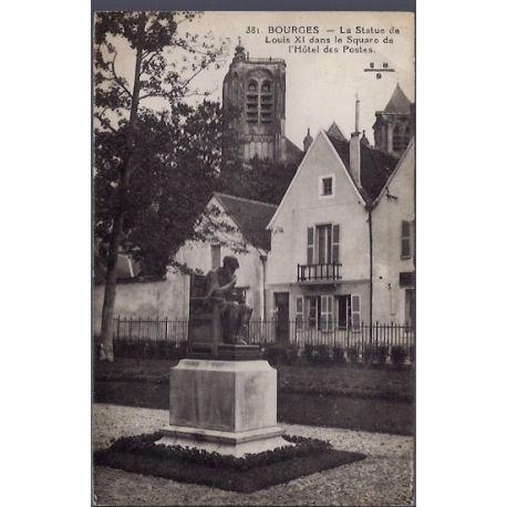 Carte postale 18 - Bourges - la statue de Louis XI dans le square de l' Hotel des postes -...