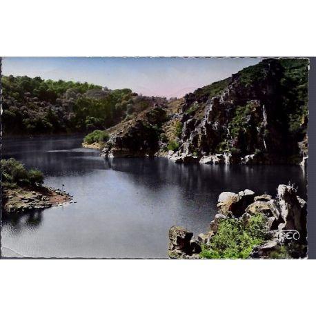 Carte postale 23 - Crozant - Le confluent de la Creuse et de la Sedelle devant le rocher ...