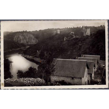 Carte postale 23 - Crozant - Les ruines et le rocher de la Fileuse - Le confluent de la C...
