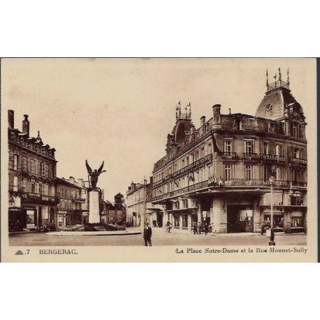 24 - Bergerac - La place Notre-Dame et la rue Mounet-Sully - Non voyage - D...