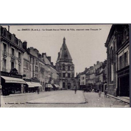 Carte postale 28 - Dreux - La Grande rue et l' Hotel de Ville, construit sous Francois 1e...