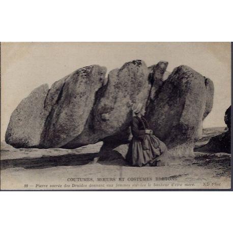 Carte postale 29 - Coutumes, Moeurs et costumes Bretons - Pierre sacree des Druides donna...