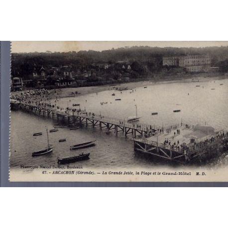 Carte postale 33 - Arcachon - la grande Jetee - la plage et le Grand-Hotel - Non voyage -...