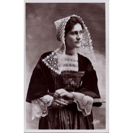 56 - Baud - Une femme en costume de Baud - Non voyage - Dos divise