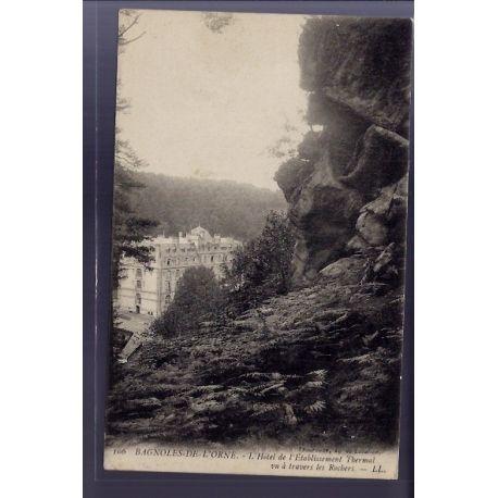 Carte postale 61 - Bagnoles-de-l'Orne - l' Hotel de l' etablissement Thermal vu a travers l