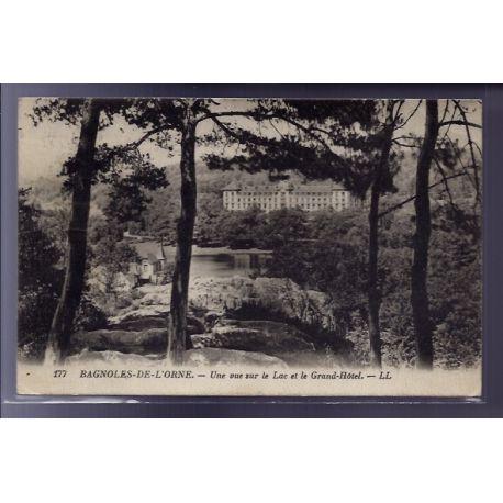 61 - Bagnoles-de-l'Orne - Une vue sur le lac et le Grand Hotel - Voyage - Dos