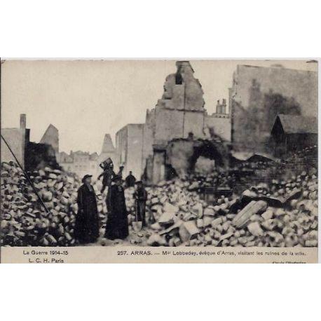 Carte postale 62 - Arras - La guerre 1914-15 - Mgr Lobbedey, eveque d'Arras, visitant les ru