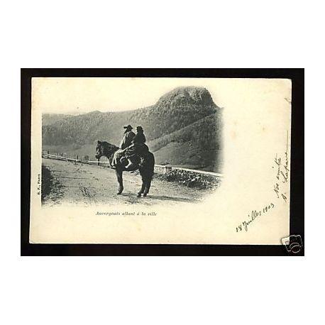 Carte postale 63 - Auvergnats allant a la ville a cheval