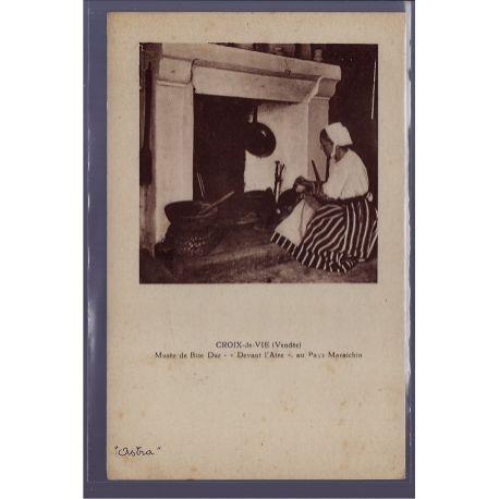 """Carte postale 85 - Croix-de-Vie - Musee de bise dur - devant l' Atre"""" au pays Maraichin """""""""""""""