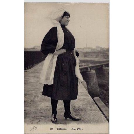 85 - Une femme sur un pont - Sablaise - Voyage - Dos divise