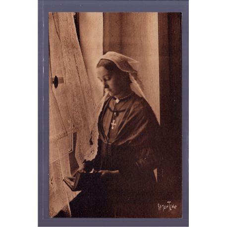 85 - Une heune fille de Saint-Gilles - photograhiee au musee de Bise-Dur a