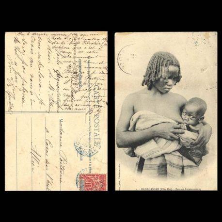 Madagascar - Femme Zaramanampy allaitant son enfant - Dechirure en haut a droite - 1908