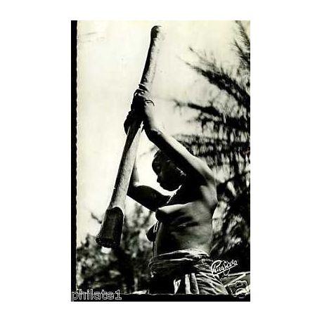 Afrique noire - Pileuse de Mil seins nus