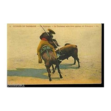 Courses de Taureaux Taureau soulevant cheval et picador