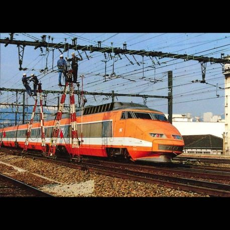 69 - Gare de Lyon Perrache - Les Ecureuils travaillent devant le chantier de croix Barret tandis que passe la rame TGV S