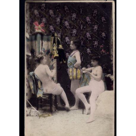 Jeunes femmes au salon d'essayage - Nus