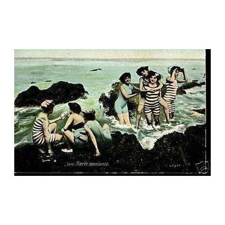 Jeunes femmes a la mer a maree montante