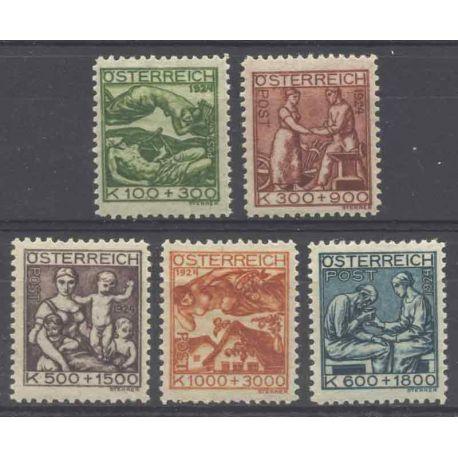 Sello colección Austria N° Yvert y Tellier 326/330 Nueve con bisagra